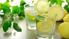 Dos vasos de agua con limón.