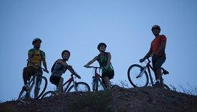 La conquista de la pista local de montaña con amigos es una gran manera de hacer de la subida de colinas algo divertido.
