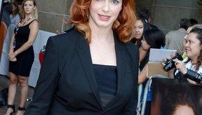 La linea del cuello de la actriz Christina Hendricks corta en línea recta, agregando estructura a su figura curvilínea.