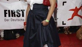 Muriel Baumeister lleva un color neutral con su falda azul marino en el First Steps Award de Alemania de 2011.