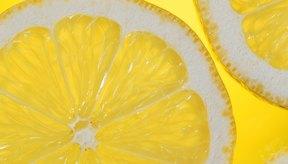 El ácido presente en el limón lo convierte en un limpiador ideal y una opción natural para dar un toque de luz a los cabellos rubios.