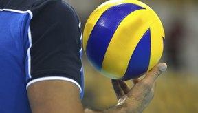 Un jugador de voleibol se prepara para servir.