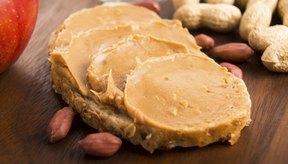 Mantequilla de maní sobre una rebanada de pan.