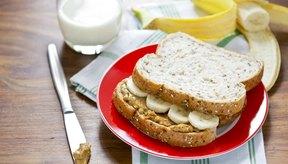 Los plátanos y la mantequilla de maní hacen una gran opción de sándwich.