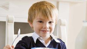 Sírvele alimentos de desayuno que tu hijo pueda comer por sí solo.