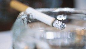 Un cigarrillo en un cenicero.