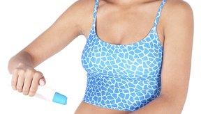 Aplicar una crema humectante puede ayudar a calmar la piel y a reducir la inflamación.