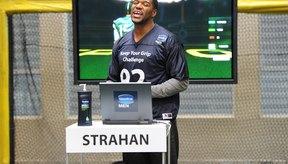 El exjugador Michael Strahan del equipo de fútbol americano, New York Giants, participó en el campeonato Vaseline Men Keep Your Grip Challenge de NYC's Chelsea Piers en 2011.