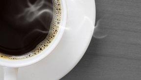 Las bebidas cafeinadas, como el café, se deben evitar.