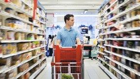Hombre haciendo compras en la tienda de comestibles.