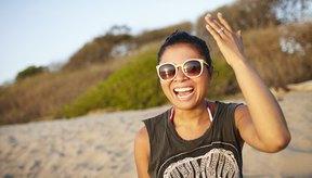 Mujer en la playa al sol.