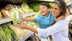 Mujer eligiendo vegetales con su hijo.