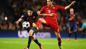 Javi Martinez, de rojo, juega en la defensa del Bayern Munich.
