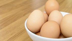 Un tazón con huevos marrones.