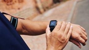 Hombre controlando su pulso con un smartwatch