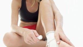 Los médicos a menudo recomiendan envolver el tobillo lesionado en un vendaje deportivo.