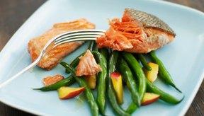 Comer pescado puede causar dolor de estómago, entre otros síntomas.