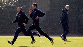Robin Van Persie, en primer plano, de Arsenal, trabaja en ejercicios de velocidad.