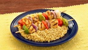 Brochetas de pollo y arroz integral: una comida perfectamente balanceada con muchos carbohidratos y proteínas.