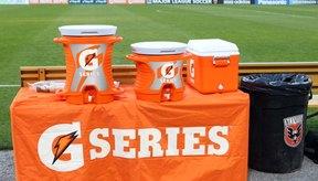 Las cubetas de Gatorade o Powerade se ven colocadas en los banquillos de muchos deportes.