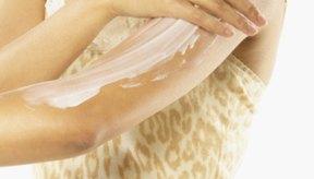 Las cremas humectantes sin alcohol pueden ayudar a tratar las zonas de piel seca en sus brazos.