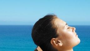 La excesiva exposición al sol puede causar manchas marrones en la cara.