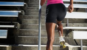 Los entrenamientos de subir escaleras tonifican los músculos de la parte inferior del cuerpo y mejora la resistencia cardiovascular.