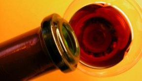 Los hombres y mujeres no deben beber más de dos vasos de 4 onzas (110 ml) al día.
