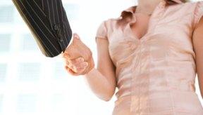 Sacudir las manos requiere la flexión del codo y la supinación y flexión de la mano y la muñeca.