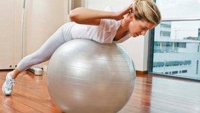Ejercitar sobre una pelota de esferodinamia fortalece la parte baja de tu espalda.