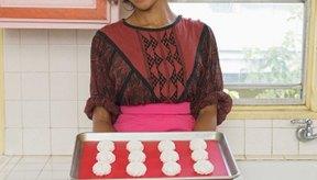 Sustituye fruta por mantequilla para reducir la grasa en tus recetas de galletas.