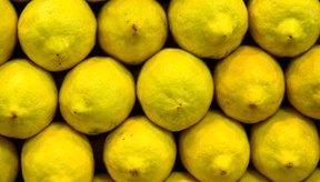 La vitamina C es abundante en los frutos cítricos y algunos vegetales, incluyendo el brócoli.