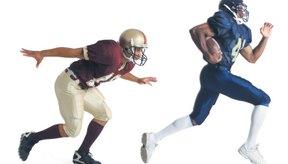 Los jugadores de fútbol americano usan cascos y pueden llevar la pelota con la mano.