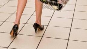 Caminar con el calzado mal ajustado puede causar problemas en el pie y la pantorrilla.