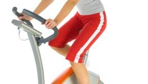 La bicicleta estacionaria principalmente trabaja los músculos de tus piernas.