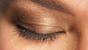 Los párpados normales pueden ser más oscuros que la piel del rostro.