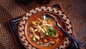 La sopa de tortilla de una sopa mexicana picante y contundente.