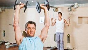 El entrenamiento de circuito se puede hacer con pesas, bandas de resistencia o máquinas de levantamiento de pesas.