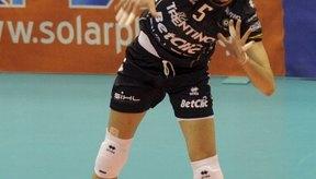 Los zapatos de soporte y las rodilleras ayudan a evitar lesiones en el voleibol.