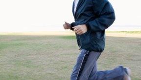 Realizar ejercicios y comer una dieta saludable permiten que un hombre de 50 años pierda peso.