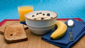 Combina plátanos, cereal de arroz y pan tostado para un desayuno que ayude a estimular el estreñimiento.