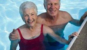 La natación es un ejercicio seguro para los adultos mayores.