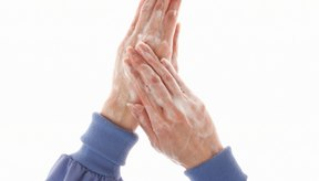 Lava tus manos para evitar transmitir los gérmenes a las orejas perforadas.