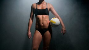 Un entrenamiento de voleibol femenino requiere fuerza de núcleo y estabilidad, habilidad de salto y fuerza en el tren superior y flexibilidad.