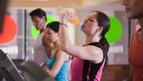 Los deportistas toman bebidas energéticas.