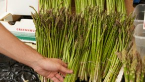 Los espárragos proporcionan nutrientes, pero comerlos diariamente puede contribuir a efectos secundarios molestos.