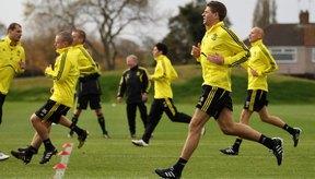 El capitán del Liverpool Steven Gerrard entrenando a sus jugadores con sprints.