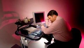 Sentarse incorrectamente durante períodos prolongados contribuye con la mala postura.