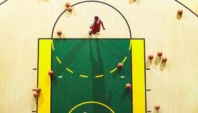 La línea de tiros libres es donde los jugadores se alinean para la ejecución de los tiros libres.