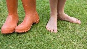 Las personas con pies planos debería usar zapatos con un buen soporte al caminar.